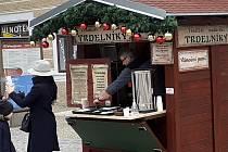 Prodej trdelníků a punče na Palackého náměstí v Kutné Hoře.