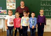 První ročník Základní školy Červené Janovice s učitelkou Marií Nulíčkovou