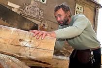 Mistři tesařského řemesla chystají konstrukci pro vyzdvižení zvonu.