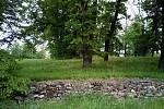 Část ha-ha zdi v zámeckém parku na Kačině před rekonstrukcí.