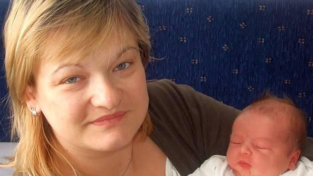 Karolínka Čapková se narodila 20. května v Čáslavi. Vážila 4150 gramů a měřila 53 centimetrů. Doma v Kutné Hoře ji přivítá maminka Monika Včeláková, tatínek Jaroslav Čapek a sestra Barunka.