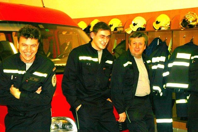 Kutnohorští hasiči dodržují tradici, že pokud na ně vyjde silvestrovská či novoroční služba, nevyhýbají se jí pomocí dovolené a jdou jako jedna dobrá parta.