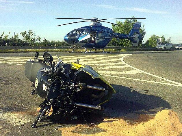 Nehoda motocyklu a osobního auta nedaleko Malína. 17. 6. 2010