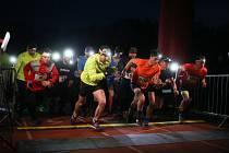 Běžci se proběhli nočním lesoparkem už potřetí.