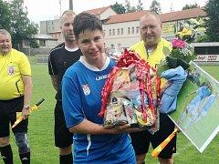 Nedělní zahájení druholigového utkání fotbalistek mělo slavnostní rámec, neboť se loučila s kariérou dlouholetá opora zadních řad Kateřina Veselá.