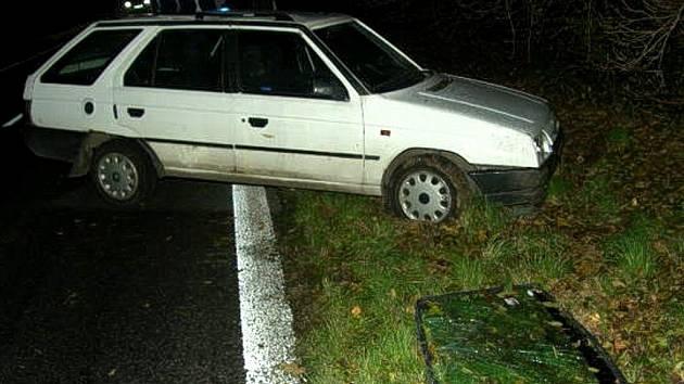 Štorkova Škoda Forman se při úhybném manévru převrátila na střechu a zpět na kola. Řidič vyvázal jen s pohmožděným ramenem.