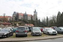 Část parkoviště Na Hrázi