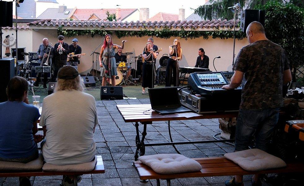 Z vystoupení kapely Aneta & The Soul Uncles na zahradě restaurace Dačický. Foto: Adam Plavec