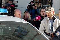 Dopadený recidivista, který se pokusil pobodat seniora, při převozu z Kutné Hory do cely.