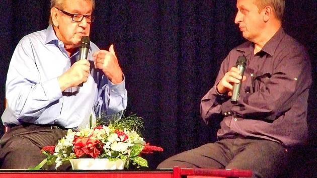 Režisér Milan Forman a moderátor Jan Kraus při besedě v Dusíkově divadle v Čáslavi.