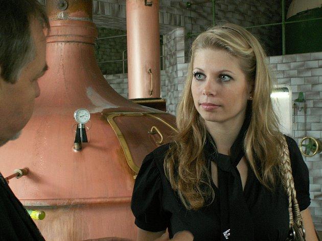 Reprezentantka kutnohorského pivovaru Kateřina Šibravová se seznámila s procesem výroby chmelového moku ve varně.