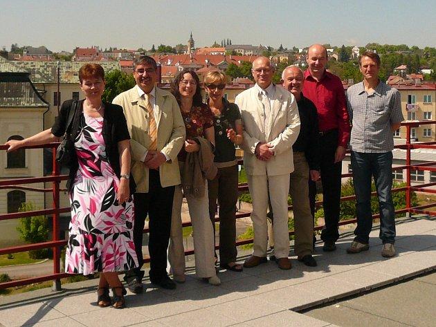 Společné fotografování s Francouzi na terase Střední průmyslové školy v Kutné Hoře.