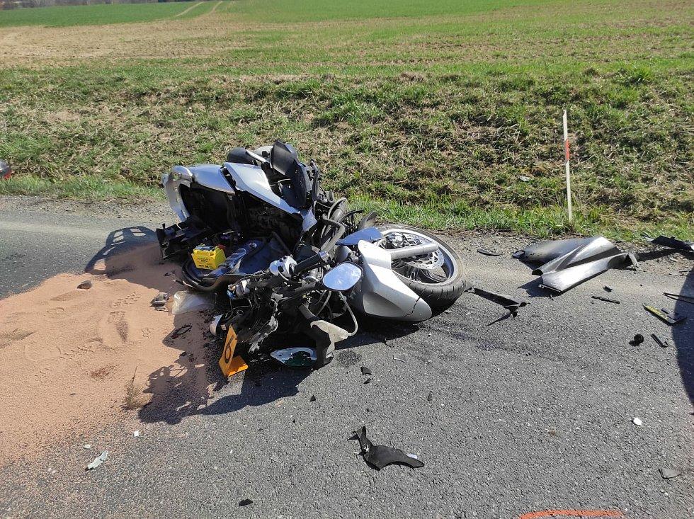 Dopravní nehoda u Mančic: motorkář se střetl s osobním autem.