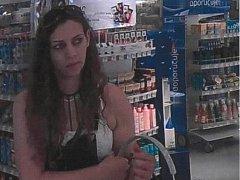 Policisté pátrají po ženě z kamerového záznamu.