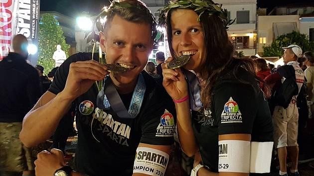 Michal Pavlík a Martina Fabiánová po slavnostním ceremoniálu Spartan Trifecta MS v řecké Spartě.