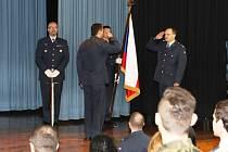 Vúvodu ceremoniálu předal hlášení veliteli základny plk. Tománkovi bývalý velitel 211. TL podplukovník Jaroslav Tomaňa (vpravo).