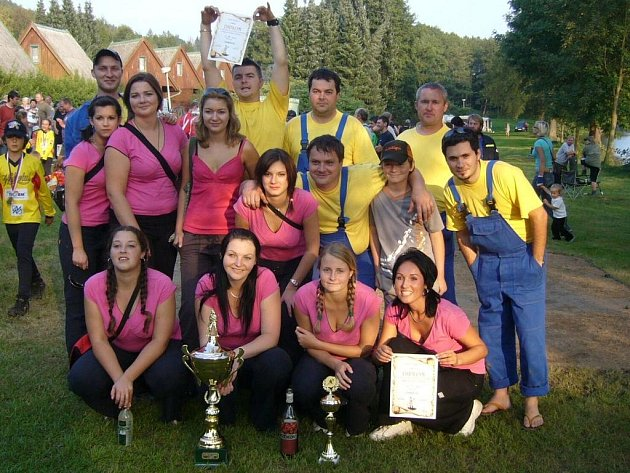 Soutěžní družstva mužů a žen Sboru dobrovolných hasičů Chabeřice na letošní soutěži O pohár starosty Horka II.
