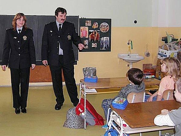 Daniel Votroubek a Vendulka Hanzlová mezi školáky.
