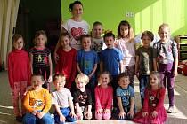 Děti a paní učitelka z Mateřské školy ve Vlkanči.