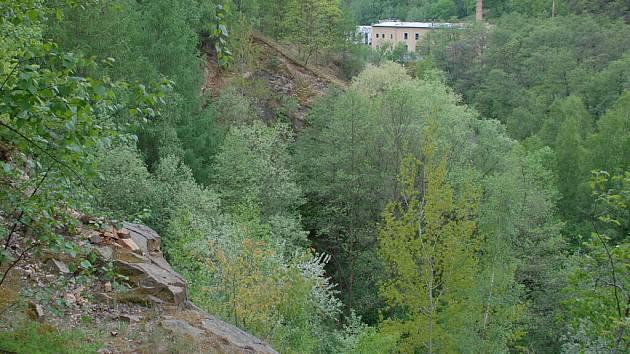 Nebezpečná pěšina mezi lokalitou V Hutích a Poličany.