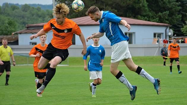 Ve čtvrtfinále okresního fotbalového poháru vyhrála Kutná Hora B (v oranžovém) na hřišti Vrdů B 1:0.