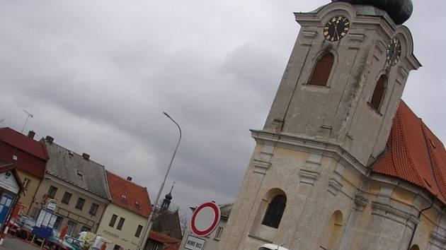 Kostel svatého Václava na stejnojmenném náměstí v Uhlířských Janovicích.