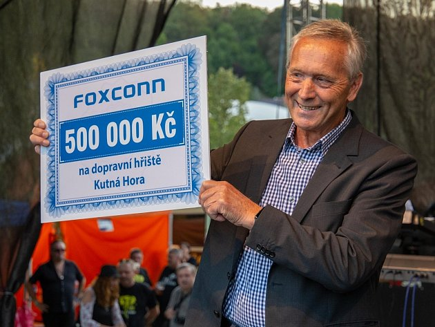 Fox festival vKutné Hoře: starosta města Josefu Viktora se šekem na 500tisíc korun určených na opravu dopravního hřiště.