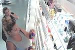 Hledané ženy z kamerového systému v obchodě s drogérií v Jeníkovské ulici v Čáslavi.