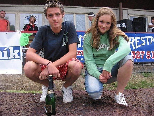Vítěz dovednostní soutěže Michal Král z Čáslavi, který vyhrál šampus, a vítězka tipovací soutěže Veronika Kacafírková z Červených Janovic, která vyhrála 660 korun.