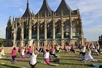 Mezinárodní den jógy oslaví cvičením venku.