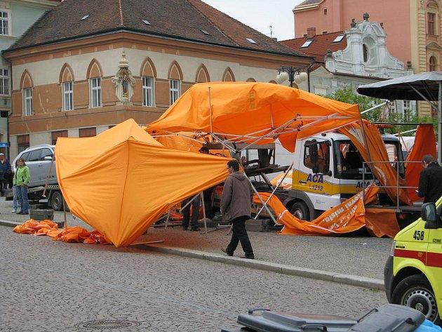 Do skupinky lidí v centru Kutné Hory najel před volebním mítinkem ČSSD nákladní vůz.
