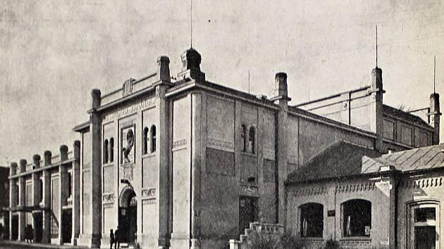 Znovuopravené Dusíkovo divadlo v Čáslavi po požáru v roce 1924.