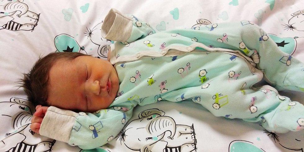 Kryštof Hubáček se narodil 26. listopadu 2020 v 11. 15 hodin v Čáslavi. Vážil 2960 gramů a měřil 50 centimetrů. Doma v Žehušicích ho přivítali maminka Iva, tatínek Miloš a šestiletý bráška Davídek.