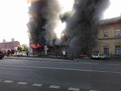Starý drážní objekt u vlakové zastávky Kutná Hora město začal hořet v neděli ráno před půl devátou.