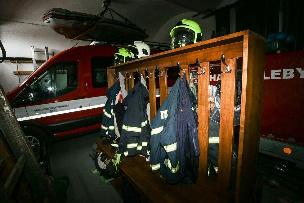 V hasičské zbrojnici ve Žlebech.