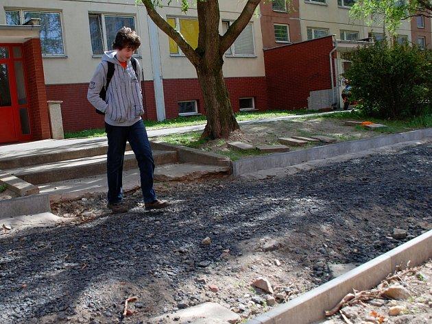 Obyvatelé panelových domů v Benešově ulici v Kutné Hoře už od  loňského léta čekají na dokončení silnice.