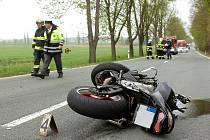 Nehoda motocyklu a osobního automobilu mezi Novými Dvory a Kačinou. 12. 4. 2011