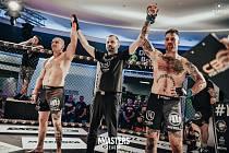 Remíza. Souboj Tomáše Bola (vlevo) a Daniela Brunclíka na kladenském galavečeru MMAsters League 26. června 2020 nepoznal vítěze.
