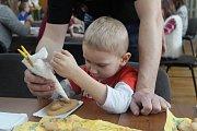 Děti a dospělí tvořili jarní dekorace