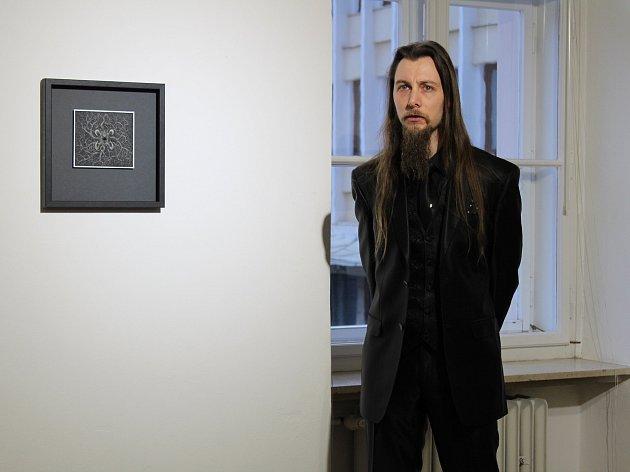Marek Škubal vystavuje v Kutné Hoře škrábané kresby.