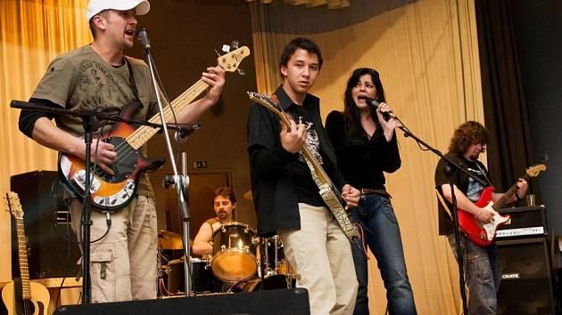 Kutnohorská kapela Nerushit zahrála v Pečkách.