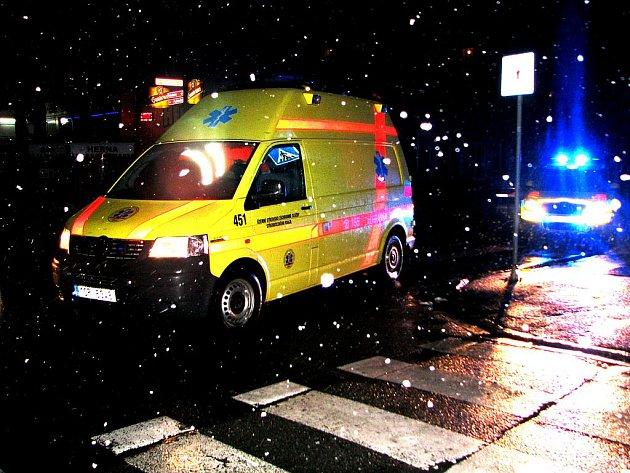 Po sobotní nehodě ošetřovali zachránaři sražené chodce na místě