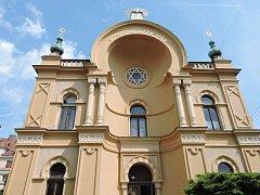 Marek Lauermann provede návštěvníky čáslavskou synagogou v rámci Dne židovských památek.