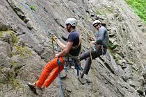 Čilý ruch na skalní stěně u Vrchlice poblíž Kutné Hory.