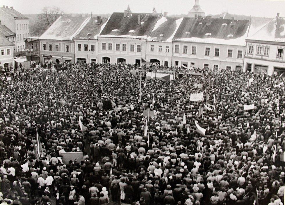 Generální stávka 27. listopadu 1989 na Palackého náměstí v Kutné Hoře.