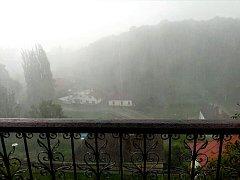 Průtrž mračen a kroupy v Kutné Hoře 7. července 2017, pohled z balkonu do údolí Vrchlice.