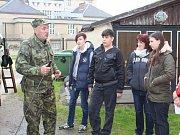 Žáci Základní školy Kamenná stezka obdivovali obrněný transportér.