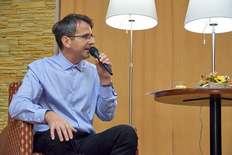Z besedy s vědeckým redaktorem České televize Danielem Stachem v rámci cyklu Křeslo pro hosta ve Zruči nad Sázavou. Na snímku moderátor Josef Förster.