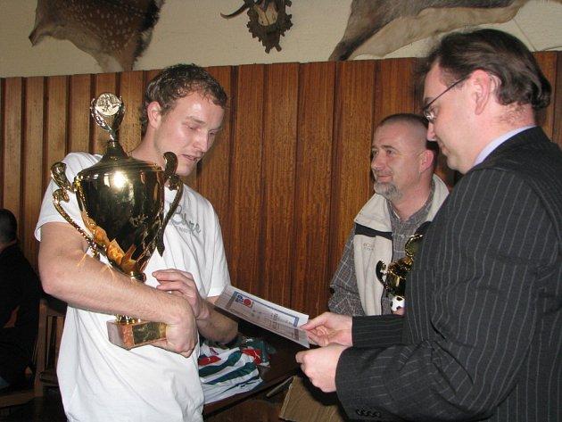 Kapitán Kutné Hory Vojtěch Vančura (vlevo) přebírá pohár pro vítěze z rukou zástupce ČKD Vlastimila Koženého.