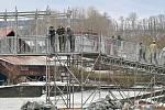 Uzavírka betonového mostu v Kácově.